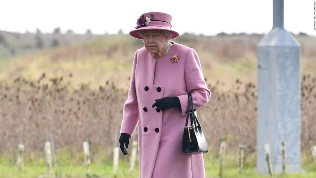 La reina Isabel II acude a evento sin usar mascarilla