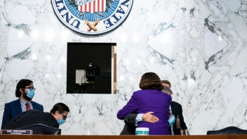 Abrazo bipartidista al finalizar una audiencia de Barrett