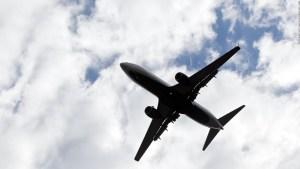 Muere mujer en avión por covid-19