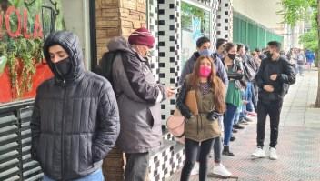 Largas filas para conseguir empleo en pizzería en Buenos Aires