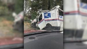 Un árbol aplasta camión de correos en EE.UU.