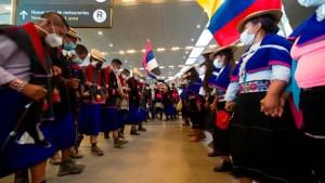 Grupo de indígenas protesta en aeropuerto de Bogotá