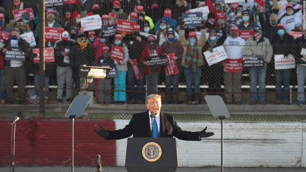 Trump hace un esfuerzo electoral frenético en estados que destacan su negación del Covid