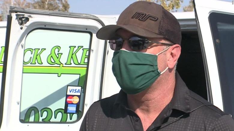 Cerrajero ayuda a salvar a una mujer de Utah que escribió '911' en su mano en una súplica silenciosa de ayuda