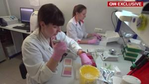CNN obtiene acceso al laboratorio ruso de vacunas contra el covid-19