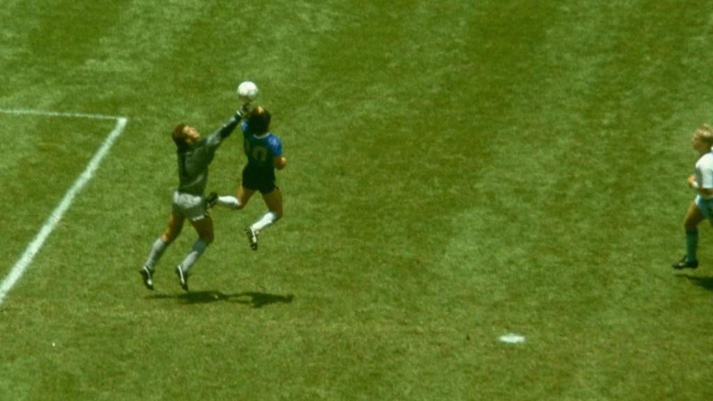 Aficionados mexicanos lamentan la muerte de Maradona