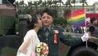 Parejas homosexuales hacen historia en boda militar