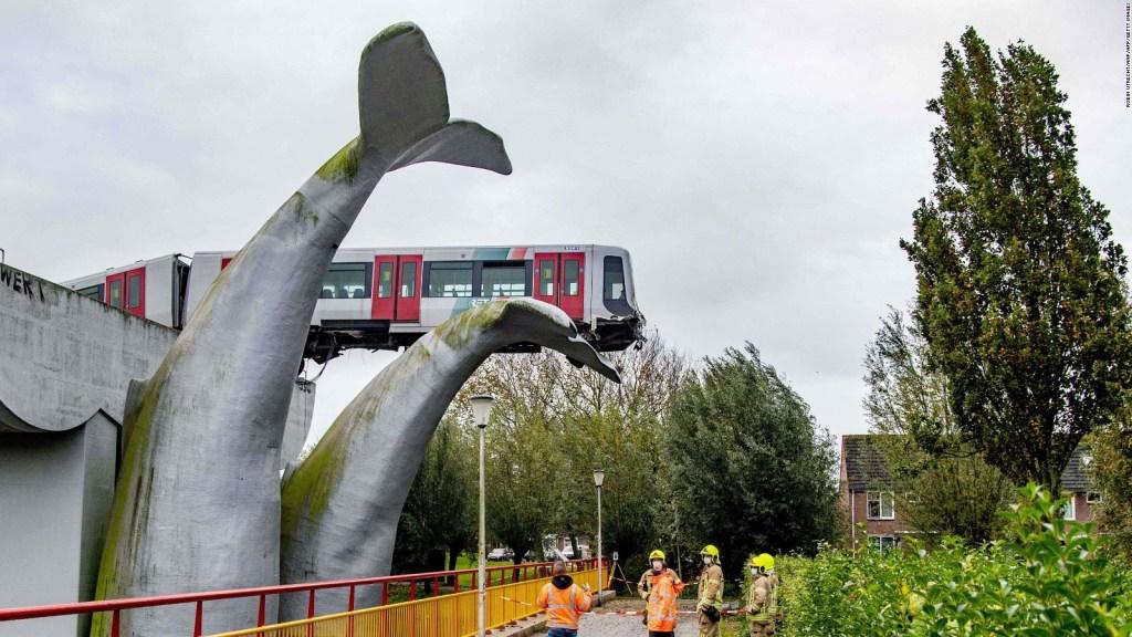 Escultura gigante frena tren que hubiese caído