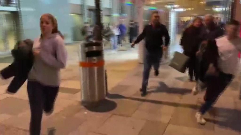 """Graban multitud huyendo de """"ataque terrorista"""" en Viena"""