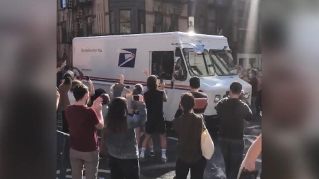 Vitorean a los trabajadores del servicio postal de EE.UU.