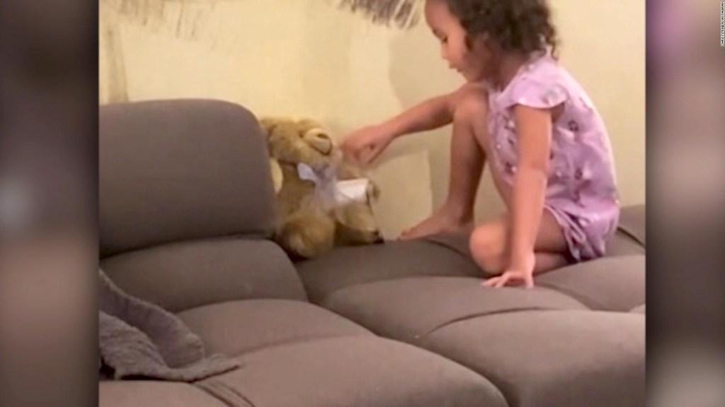 Chrissy Teigen comparte un video del duelo de su familia