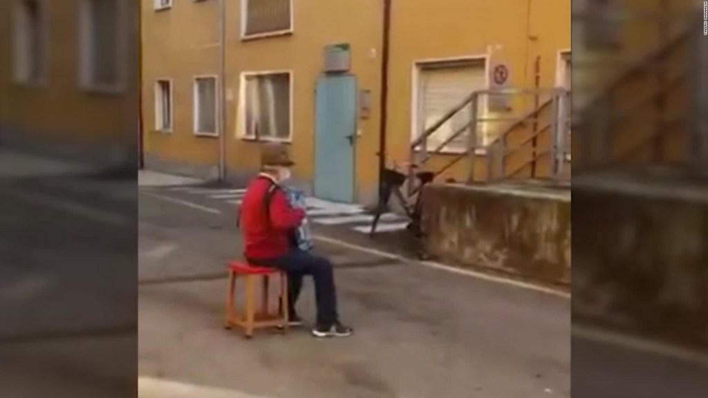 Anciano le da una serenata a su esposa enferma