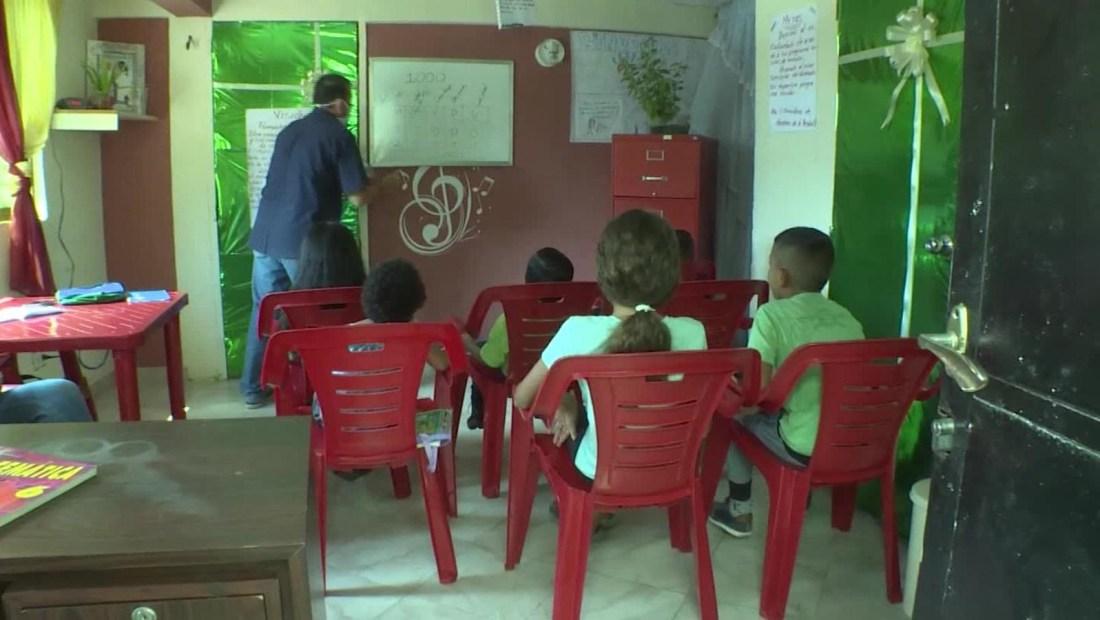Creó una escuela en casa para niños sin internet