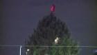 Árbol 'desaliñado' espera la Navidad en medio de bromas