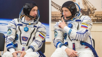 Astronautas rusos realizan importante caminata espacial