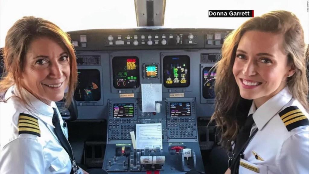 Foto de madre e hija en cabina de vuelo se hace viral