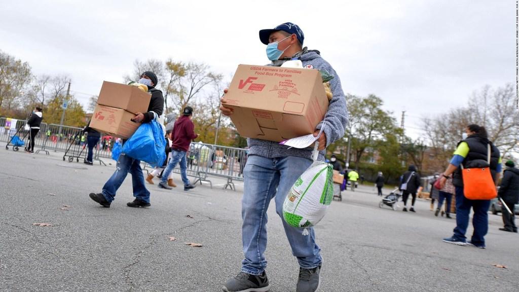 Neoyorquinos entregan alimentos previo a festividades