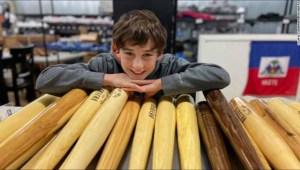 Niño transforma árboles caídos en bates de béisbol