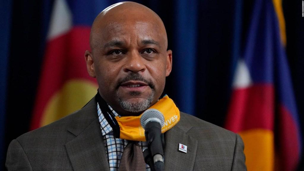 El alcalde de Denver pide no viajar y lo graban viajando