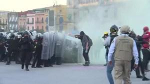 Policías y mujeres se enfrentan durante marcha en México