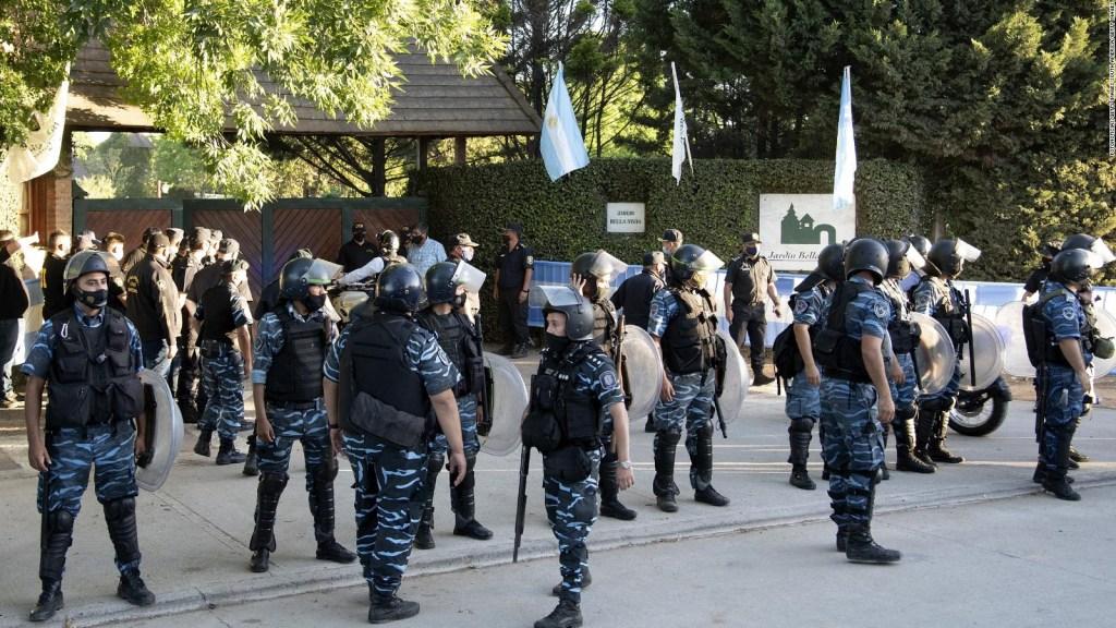 Custodian el cuerpo de Diego Maradona en el cementerio