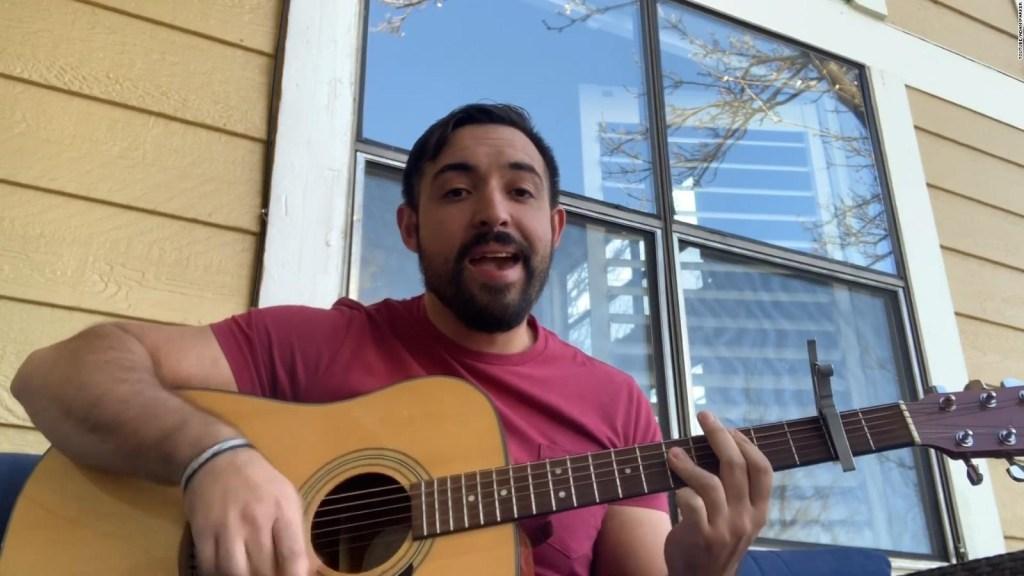 Psicólogo ayuda a niños cantando en YouTube