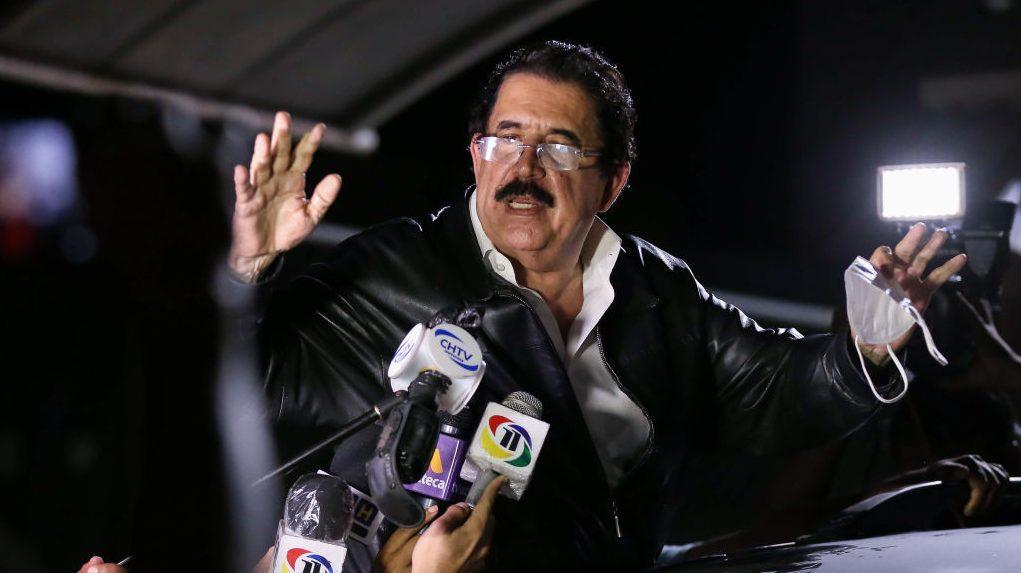 Expresidente Zelaya, involucrado en un confuso episodio por la presunta portación de miles de dólares mientras salía del país