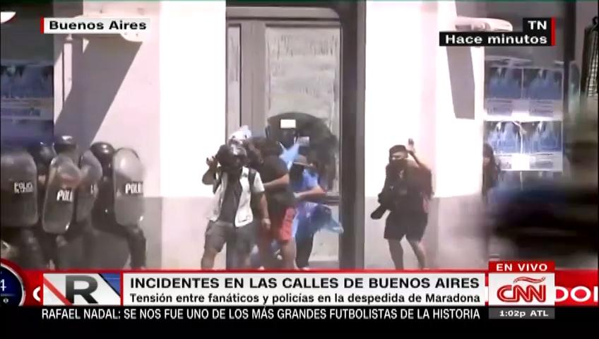 Tensión entre policía y aficionados en despedida de Maradona