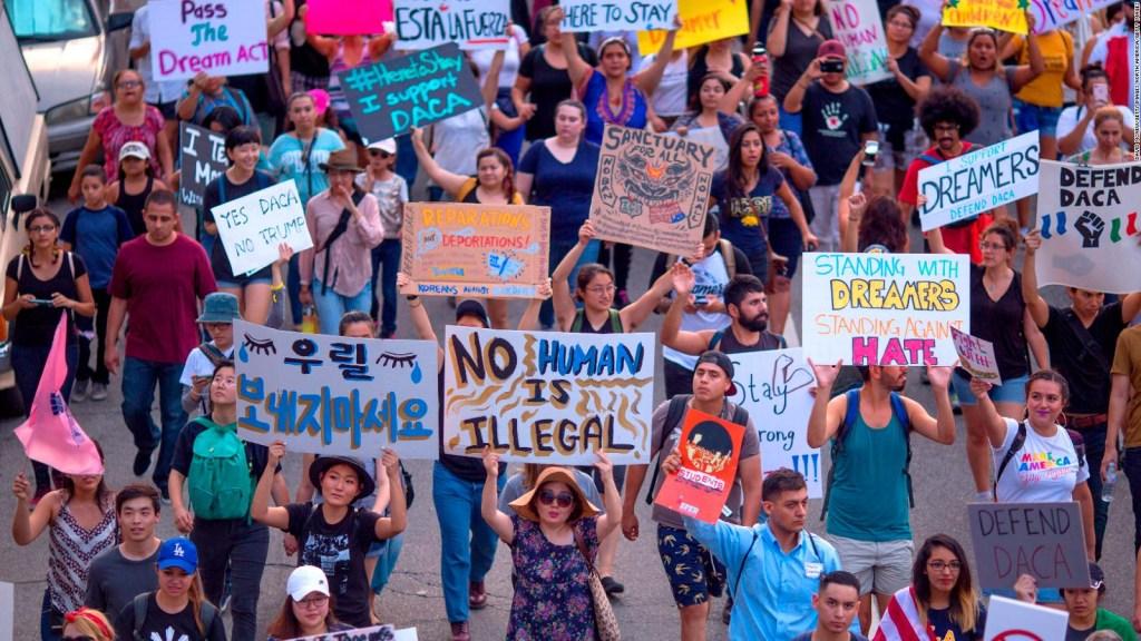 Jóvenes inmigrantes celebran fallo sobre DACA
