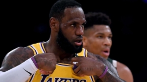 LeBron James acuerda renovar con los Lakers