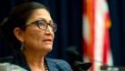 Deb Haaland sería la primera indígena en ocupar una secretaría en EE.UU.