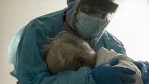 El abrazo de un médico a su paciente con covid-19