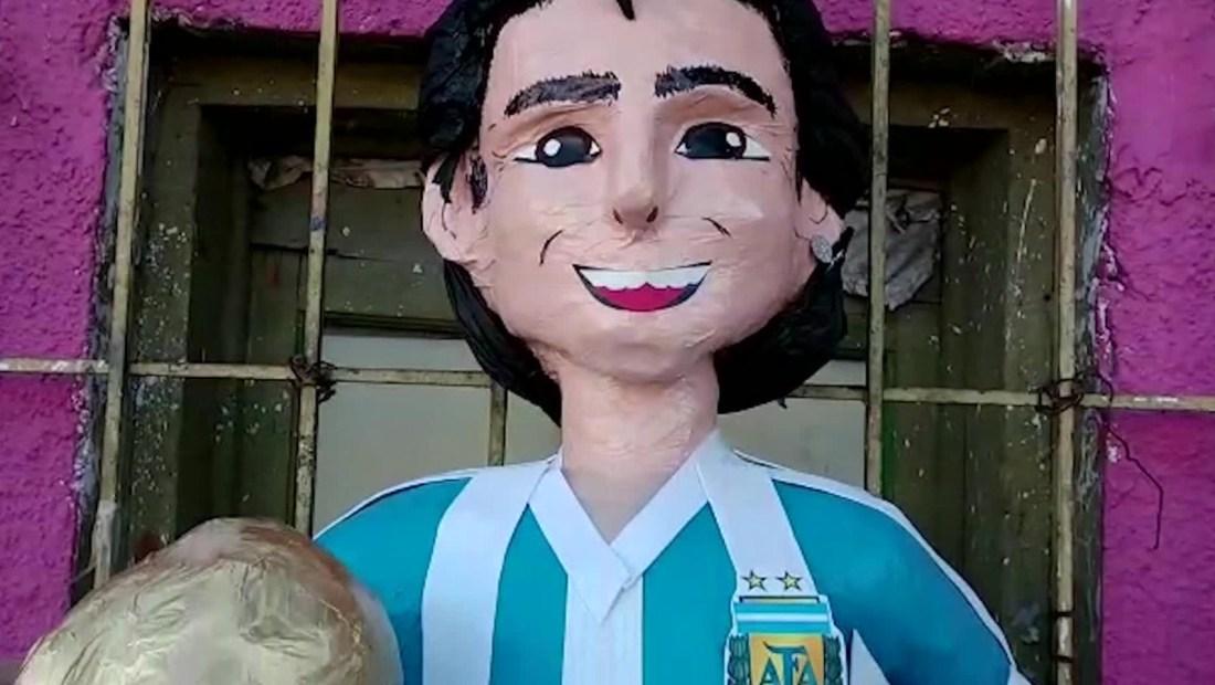 Artesanos mexicanos inmortalizan a Maradona con piñata
