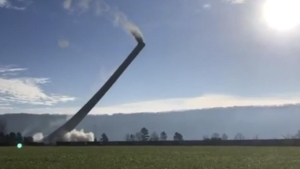 Mira cómo demolieron una gran chimenea en Alabama