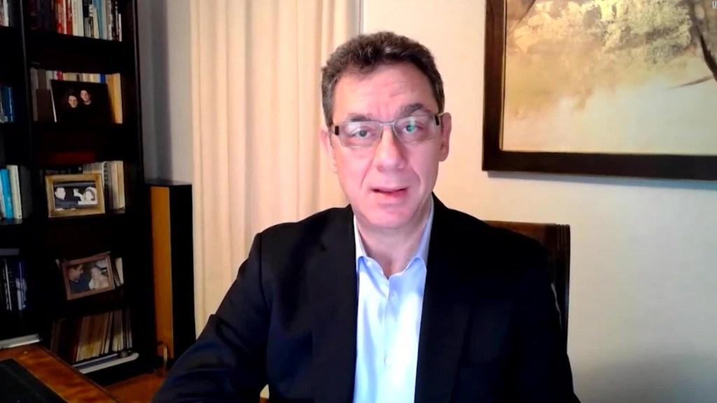 Director de Pfizer dice que no ha recibido la vacuna que produce su empresa