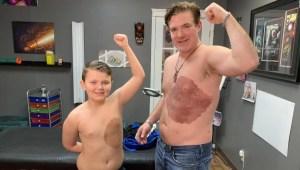 Se tatúa para tener la misma marca de nacimiento de su hijo