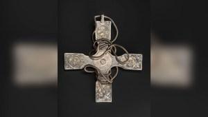 Esta es la cruz anglosajona enterrada durante 1.000 años