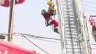 Rescatan a Santa Claus enredado entre cables eléctricos
