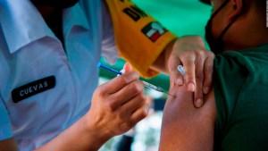 ¿En qué brazo se debe poner la vacuna contra covid-19?