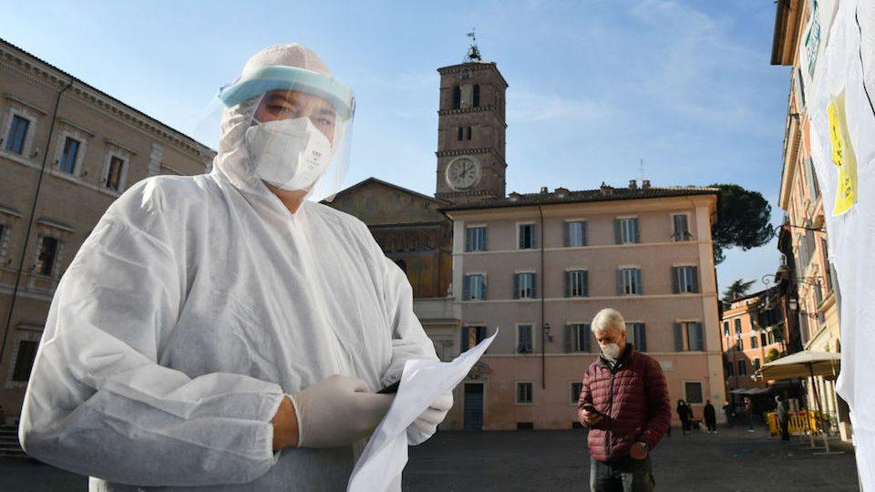Después de 993 muertes en un día por covid-19, Italia se blinda para Navidad y Año Nuevo