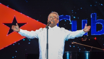 Mexican singer and composer Armando Manzanero performs during his show in Havana, on July 15, 2018. (Photo by JORGE BELTRAN / AFP) (Photo credit should read JORGE BELTRAN/AFP via Getty Images)