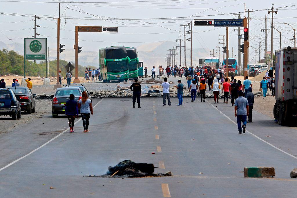 Bloqueos por paro agrario en Perú dejan un muerto y autoridades advierten que peligra el suministro de oxígeno