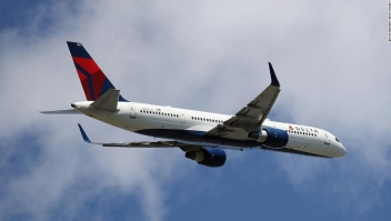 2 pasajeros abren la puerta de la cabina de vuelo de Delta y salen del avión en movimiento con un perro en La Guardia