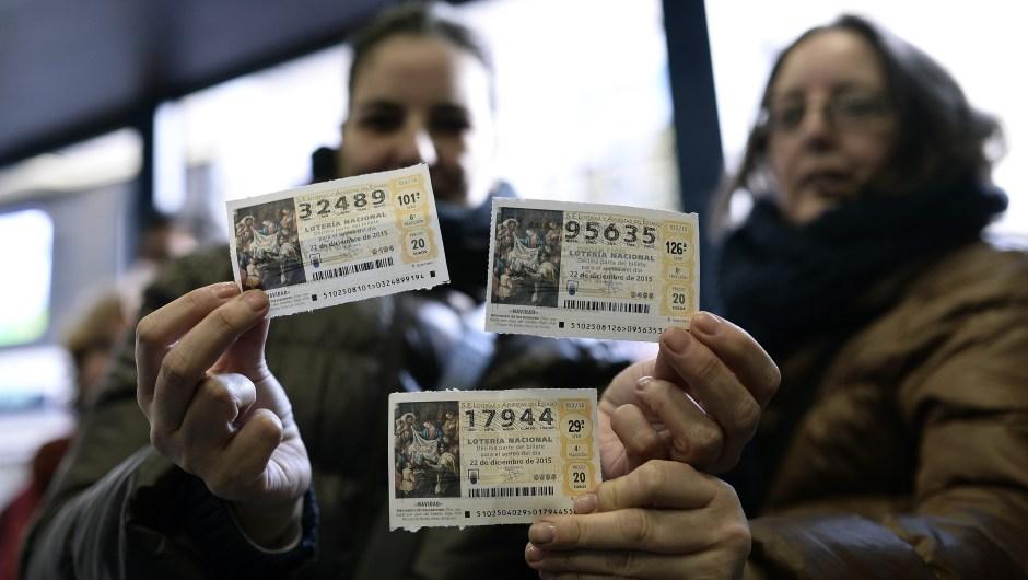 Los décimos suelen compartirse entre familiares y amigos que compran distintos números en sus trabajos, bares o grupos.