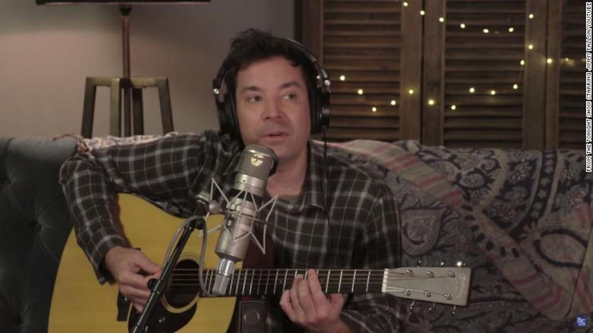 "Jimmy Fallon imita ""Folklore"" de Taylor Swift en una parodia documental"