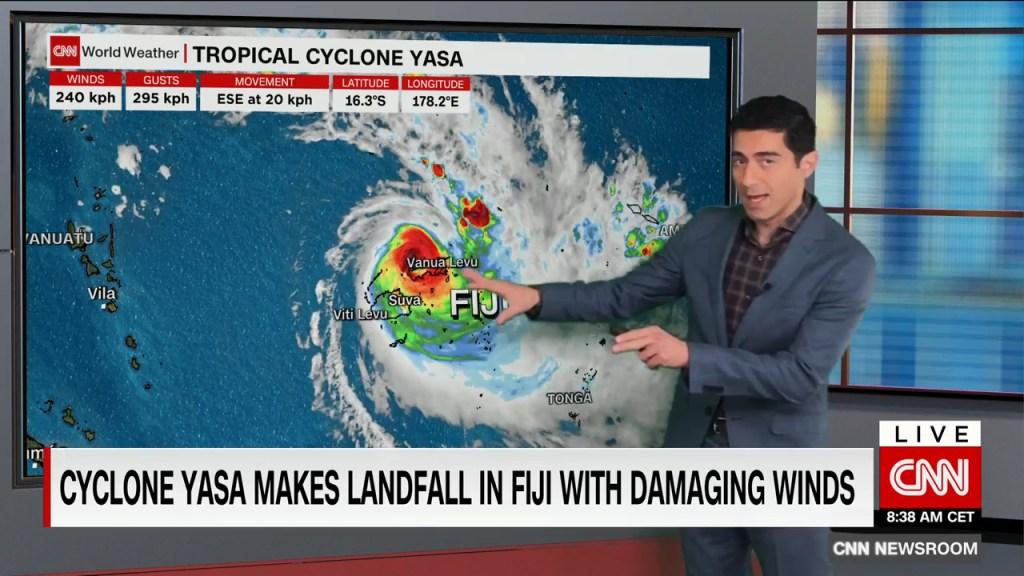 El ciclón tropical Yasa toca tierra en Fiji con fuerza de un huracán de categoría 4