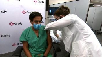 El Dr. Gupta se vacuna contra el covid-19