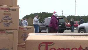 Crecen las filas para recibir ayuda de los bancos de alimentos