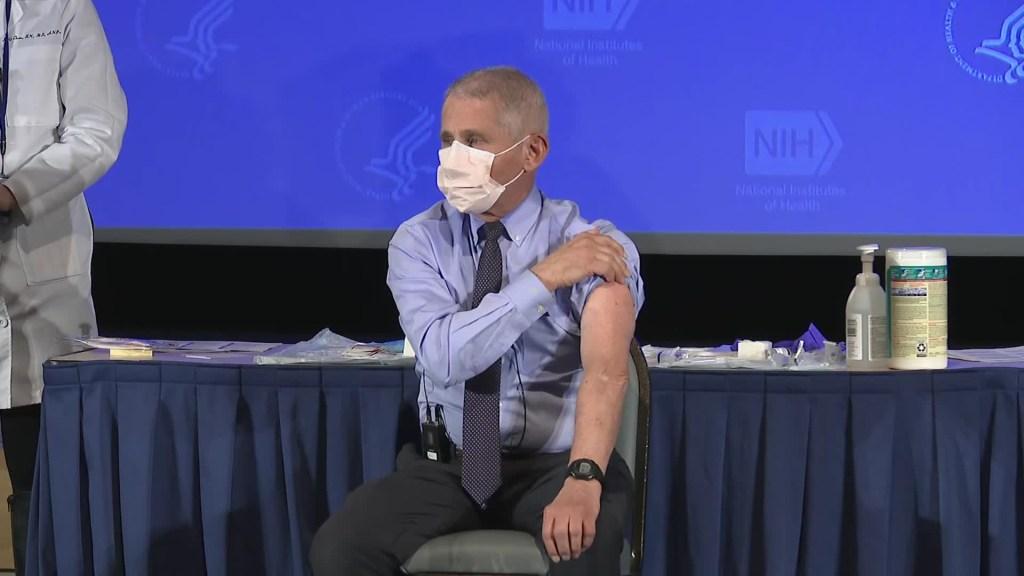 El Dr. Fauci recibe la vacuna contra el covid-19
