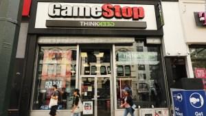 GameStop piensa perder dinero pero sus acciones suben